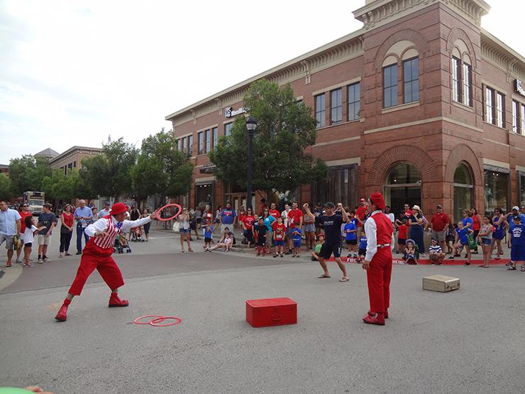 jugglers-crowd