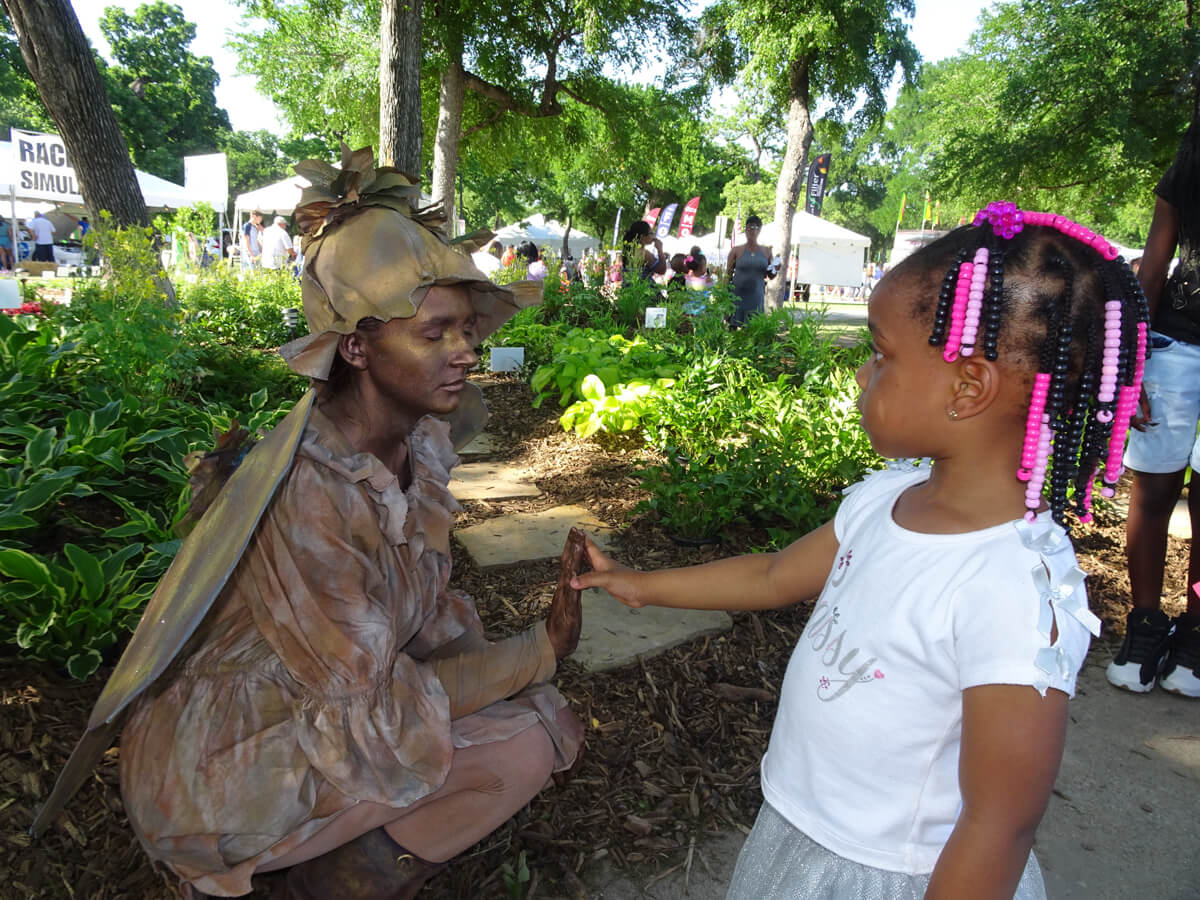 Fairy statue with little girl